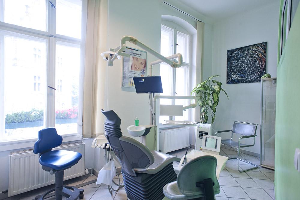 Zahnarztpraxis-Berlin-Neukoelln-Implantologie-Althoff-Behandlungsraum-2
